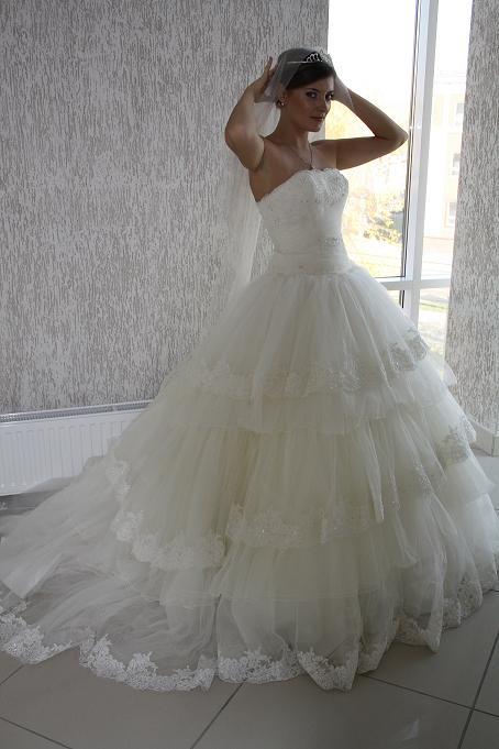 Платье традиционного стиля со шлейфом